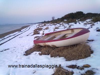barca rossa sulla neve